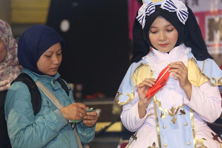 Acara kontes origami dibuka oleh Ohayo Jepang usai diresmikan di Festival budaya dan kuliner Jepang Ennichisai 2018, Blok M Square, Jakarta, Minggu (1/7/2018). Kompas.com bekerja sama dengan Karaksa Media Partner dalam menghadirkan panduan perjalanan untuk masyakarat Indonesia yang ingin berwisata ke Jepang dalam situs Ohayo Jepang.