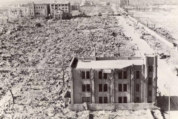 Bom atom pertama dijatuhkan. Dan kota Hiroshima serta penduduknya lenyap.