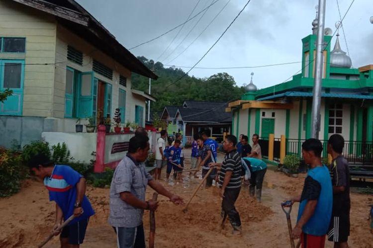 Pasca meluapnya Sungai Bentayan Pulau Tambelan, Kabupaten Bintan, Kepulauan Riau, sedikitnya ada 89 KK yang menjadi korban banjir. Tidak saja terkena meluapnya air sungai Bentayan, belakangan warga Tambelan juga terkena tanah longsor imbas dari meluapnya air sungai tersebut.