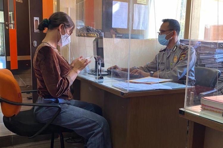 Nora Candra Dewi (27) saat melapor ke SPKT Polda Bali, Senin (1/3/2021).