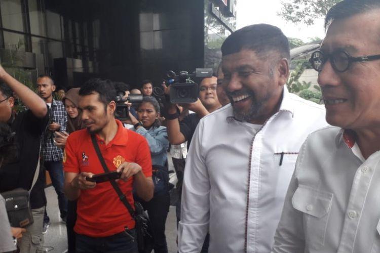 Menteri Hukum dan HAM RI Yasonna Laoly (kanan) memenuhi panggilan KPK untuk diperiksa sebagai saksi kasus korupsi e-KTP di Gedung Merah Putih KPK, Jakarta,Senin (2/7/2018).