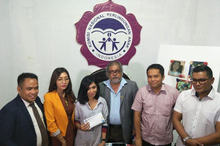 Karen Pooroe (kiri ketiga) didampingi tim kuasa hukum menemui Ketua Komnas Perlindungan Anak Aris Sirait (tengah) beserta jajarannya di kawasan Pasar Rebo, Jakarta Timur, Senin (2/12/2019).
