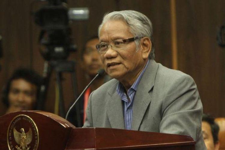 Mantan Hakim Konstitusi, Harjono, memberikan keterangan saat menjadi saksi ahli dari Komisi Pemilihan Umum (KPU) pada sidang sengketa Pilpres 2014 di Gedung Mahkamah Konstitusi (MK), Jakarta Pusat, Jumat (15/8/2014). Ini adalah sidang terakhir sebelum MK kembali menggelar sidang putusan pada 21 Agustus 2014. Kesembilan hakim MK terlebih dahulu akan melakukan rapat dengar pendapat (RDP) secara tertutup selama tiga hari berturut-turut untuk mengambil putusan.