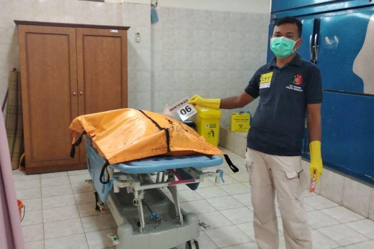Pihak kepolisian Polda Riau melakukan identifikasi mayat korban yang ditemukan mengapung di kawasan perairan Selat Malaka di Kabupaten Bengkalis, Senin (3/12/2018).