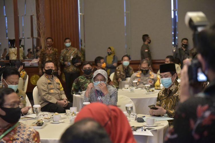 Wali Kota Surabaya Tri Rismaharini menghadiri pengarahan Menkopolhukam Mahfud MD selaku Wakil Ketua Pengarah Gugus Tugas Covid-19 dan Mendagri Tito Karnavian di Hotel JW Marriot, Surabaya, Jumat (26/6/2020).