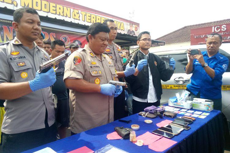 Kapolres Cimahi AKBP M Yoris Maulana Yusuf Marzuki tengah memegang barang bukti senjata air gun yang digunakan pelaku untuk menembak pedagang kopi asongan, Selasa (31/12/2019).