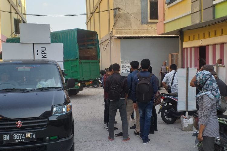 Kotak suara diangkut beberapa mobil untuk disimpan disebuah gudang di Jalan JR Soebrantas, Kecamatan Tampan, Pekanbaru, Riau, Kamis (18/4/2019). Gudang itu sempat ada yang mencurigai sebagai tempat penyimpanan surat suara.