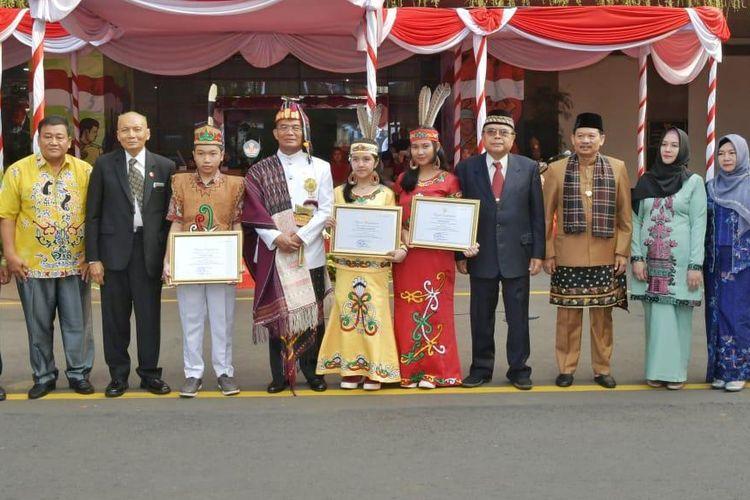 Penghargaan pada tiga siswa penemu obat kanker oleh Kemendikbud.