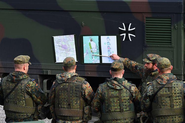 Serdadu Bundeswehr, atau Angkatan Bersenjata Jerman, mendapat pengarahan dalam Operasi Darat 2017 di kamp militer di Munster, utara Jerman. (13/10/2017)