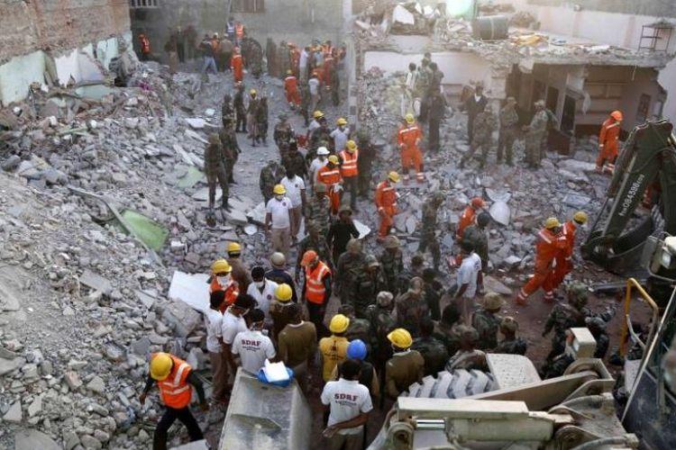 Tim penyelamat bersama tentara India mencari para korban di reruntuhan gedung yang hancur akibat ledakan pada Jumat (16/2/2018) malam.