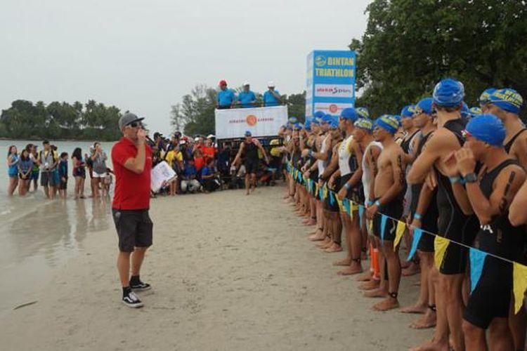 Peserta Bintan Triathlon 2015 di Lagoi, Pulau Bintan, Provinsi Kepulauan Riau, Sabtu (23/5/2015), dilepas oleh Menteri Pariwisata Arief Yahya.