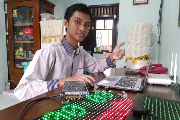 Hanif Arroisi Mukhlis sukses bantu sang ayah menciptakan jam digital dengan omset puluhan juta per bulan.