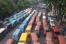 Buruh dan Sopir Angkot Demo Bareng, Tengah Kota Surabaya Lumpuh