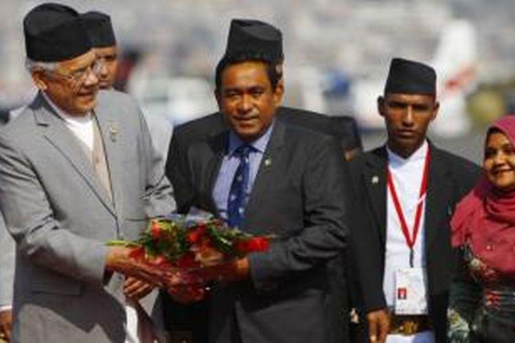 Presiden Maladewa Abdullah Yameen (tengah) disambut di bandar udara di Katmandu, Nepal, untuk menghadiri sebuah pertemuan regional.