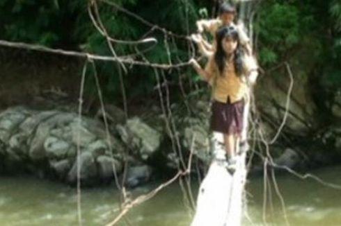 Akibat Jembatan Lapuk, Dua Siswa SD Jatuh ke Sungai
