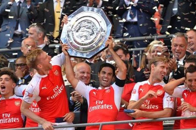 Para pemain Arsenal saat mengangkat trofi Community Shield 2015 seusai menaklukkan Chelsea 1-0 di Stadion Wembley, Minggu (2/8/2015).