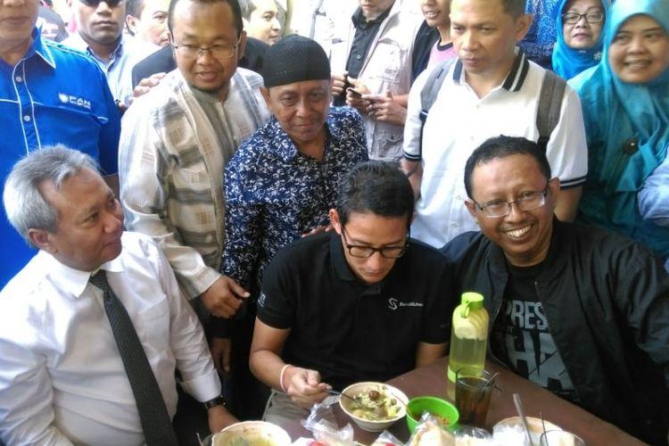 Nampak Cawapres Sandiaga Uno menikmati semangkok soto ayam kampung milik Pak Timbul di kawasan Pasar Kembang, Kota Solo, Jawa Tengah, Sabtu (22/9/2018).