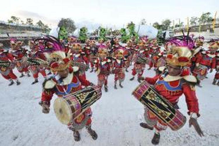 Para penari Adimerdangga dari Gianyar menyemarakkan upacara Peletakan Batu Pertama Proyek Garuda Wisnu Kencana (GWK) di Bukit Ungasan, Bali, Jumat (23/8/2013). Rencananya, dalam tiga tahun ke depan di tempat tersebut akan berdiri sebuah monumen yang memiliki ketinggian 126 meter dan lebar 64 meter.