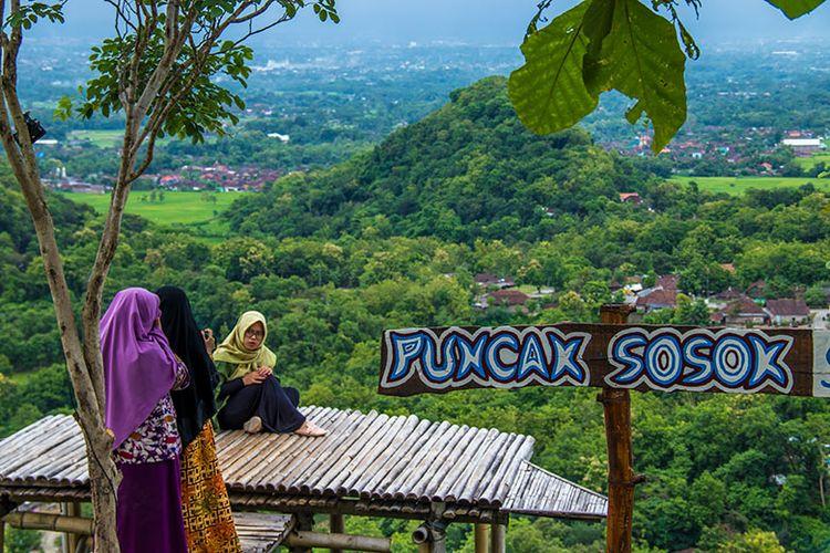 Pengunjung berfoto di spot foto Puncak Sosok, Bantul