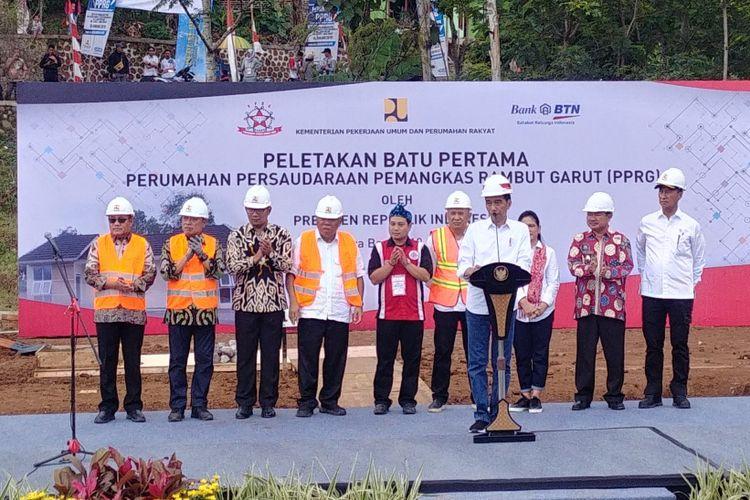 Presiden Jokowi saat meletakkan batu pertama perumahan subsidi untuk Persaudaraan Pemangkas Rambut Garut (PPRG), di Garut, Sabtu (19/1/2019).