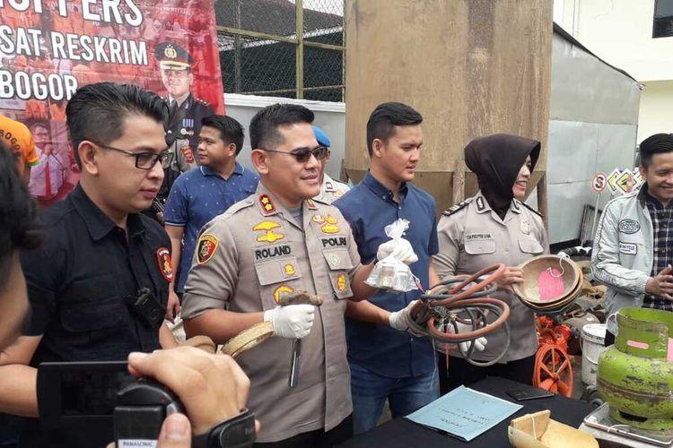 Kapolres Bogor AKBP Roland Rolandy menunjukkan barang bukti hasil penangkapan terhadap bos gurandil di Sukajaya, Bogor, Jawa Barat, Kamis (5/3/2020).