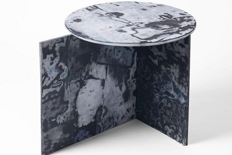 Sekilas, perabot dari denim ini terlihat seperti marmer berwarna biru.