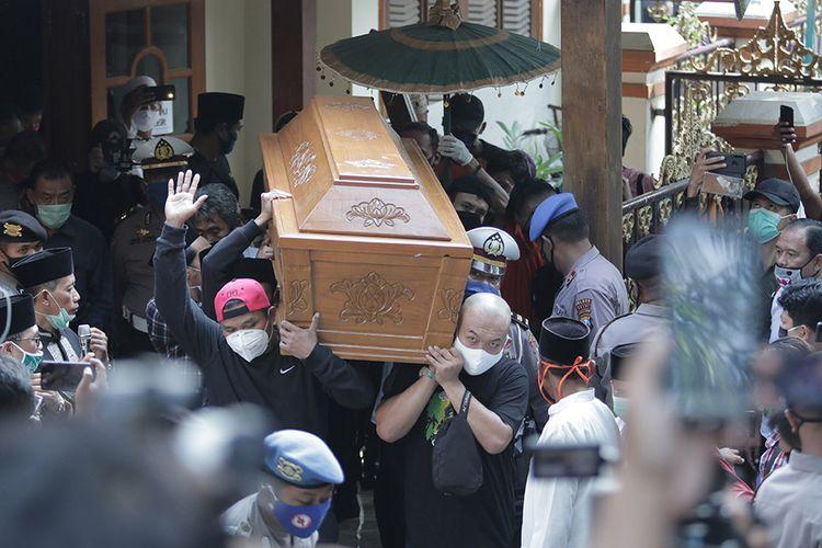 Kerabat mengusung peti jenazah penyanyi campursari Dionisius Prasetyo atau Didi Kempot untuk dimakamkan di Tempat Pemakaman Umum Desa Majasem, Ngawi, Jawa Timur, Selasa (5/5/2020). Didi Kempot meninggal di Solo, Jawa Tengah, pada usia 53 tahun.