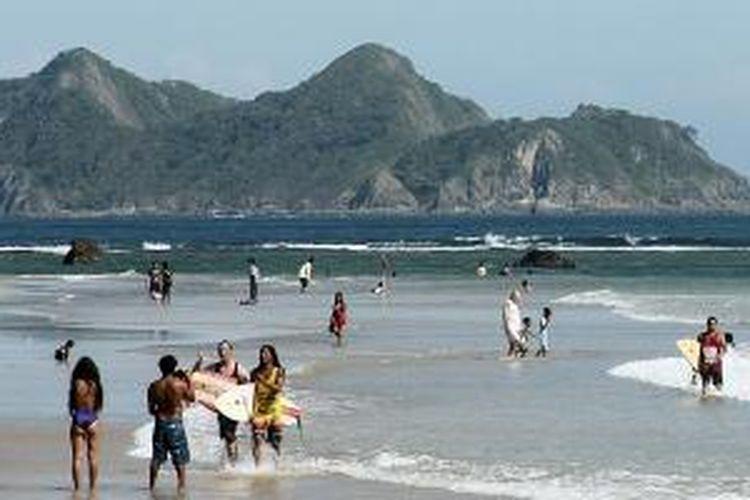 Pantai Pulau Merah di Banyuwangi, Jawa Timur, kini menjadi tujuan wisata surfing baru. Pemerintah Kabupaten Banyuwangi memperkenalkan pantai tersebut lewat kompetisi surfing internasional, Jumat (23/5/2014).