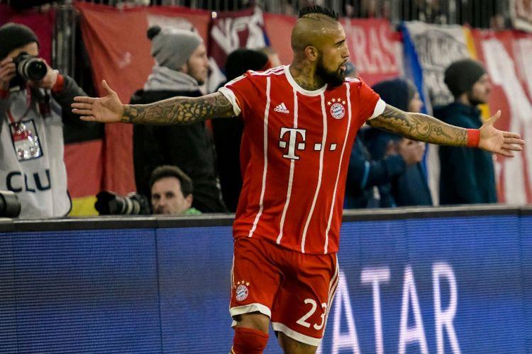 Arturo Vidal merayakan gol Bayern Muenchen ke gawang Hoffenheim pada pertandingan Bundesliga 1 di Allianz Arena, Sabtu (27/1/2018).