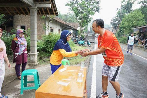 Kisah Nenek Siti, Rela Hujan-hujanan Berbagi Air Minum Gratis untuk Borobudur Marathon