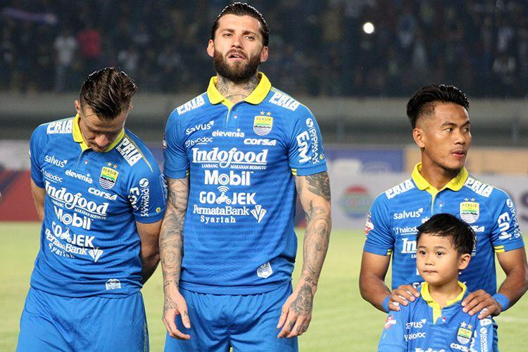 Pemain Persib Bandung, Bojan Malisic (tengah), sebelum pertandingan menghadapi Tira-Persikabo, di Stadion Si Jalak Harupat, Kabupaten Bandung, Selasa (18/6/2019) lalu.