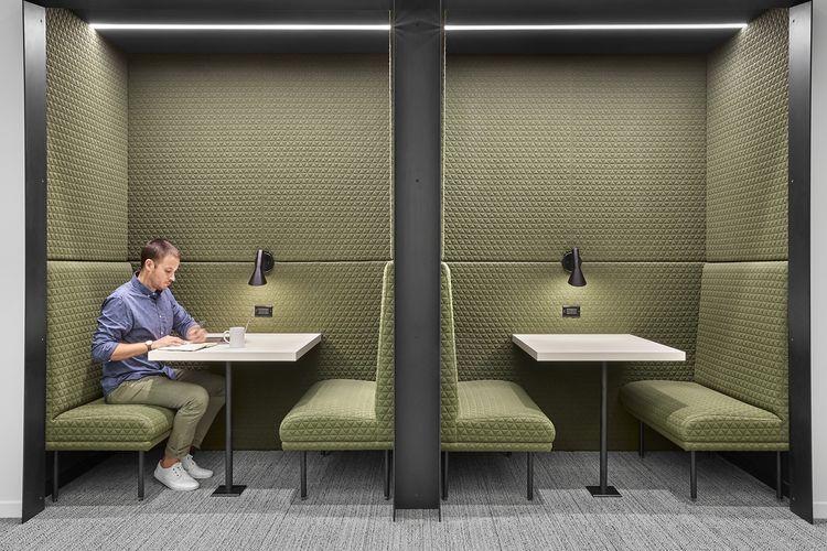Setiap lingkungan kerja menyediakan ruang khusus untuk berinteraksi, meja bersama, ruang kerja individual, ruang telepon pribadi, dan loker.