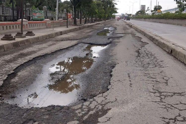 Kondisi jalan berlubang di Jalan Kaligawe Raya depan RSI Sultan Agung Semarang, Minggu (28/2/2021)