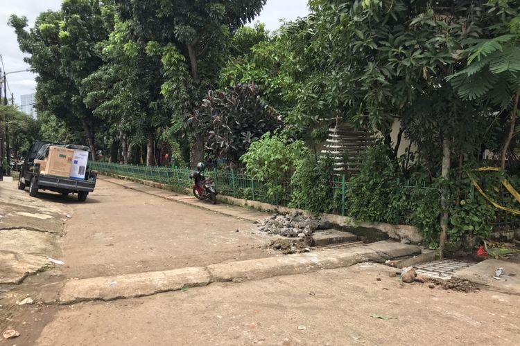 Tutup saluran air di Komplek Polri Pondok Karya, yang menjadi lokasi terpelesetnya bocah bernama Rizki Febriansyah (5), sudah terbengkalai dan tak diperbaiki sejak awal 2020. Foto diambil pada Senin (2/11/2020).