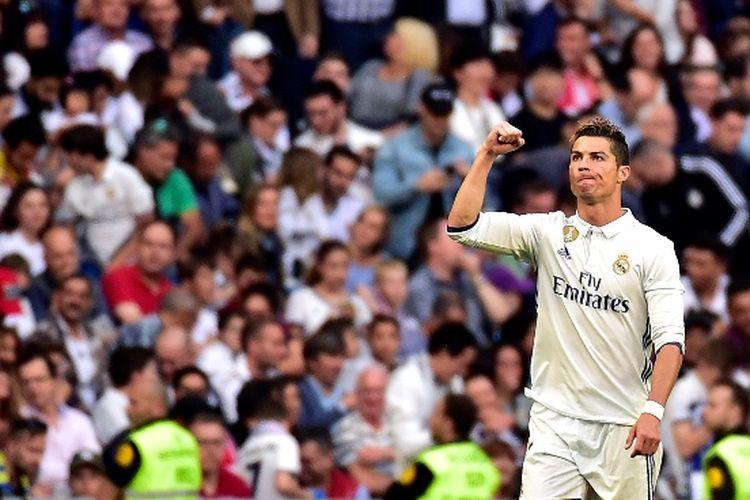 Penyerang Real Madrid, Cristiano Ronaldo, merayakan golnya seusai membobol gawang Sevilla pada pertandingan La Liga di Stadion Santiago Bernabeu, 14 Mei 2017.