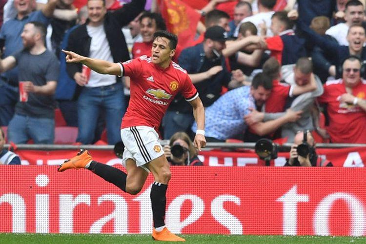 Pemain Manchester United, Alexis Sanchez, melakukan selebrasi setelah mencetak gol ke gawang Tottenham Hotspur pada laga semifinal Piala FA di Stadion Wembley, Sabtu (21/4/2018) waktu setempat.