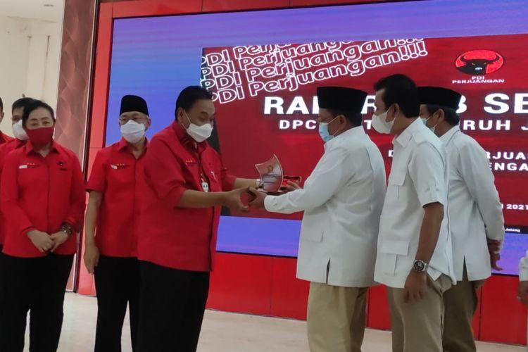 Penyerahan cendera mata antar pimpinan partai di Panti Marhaen Semarang, Jawa Tengah, Sabtu (29/5/2021).