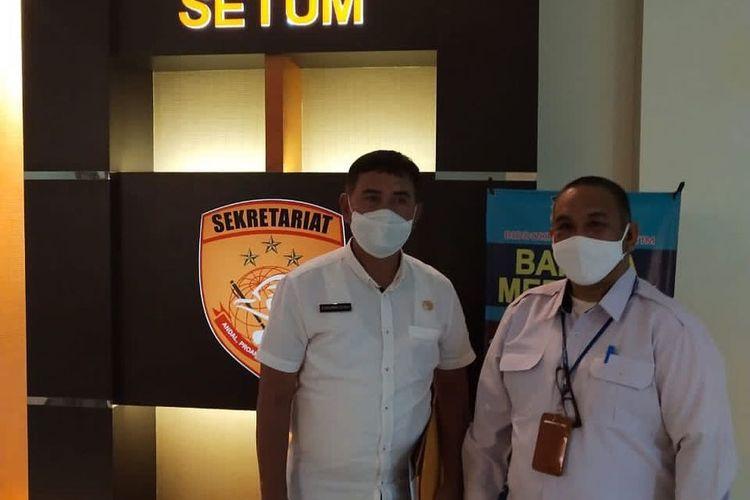 Kepala Biro Humas Kaltim Syafranuddin didampingi Kabag Bantuan Hukum Biro Hukum Setdaprov Kaltim, Edy saat membuat laporan ke Polda Kaltim, Rabu (11/12/2020).