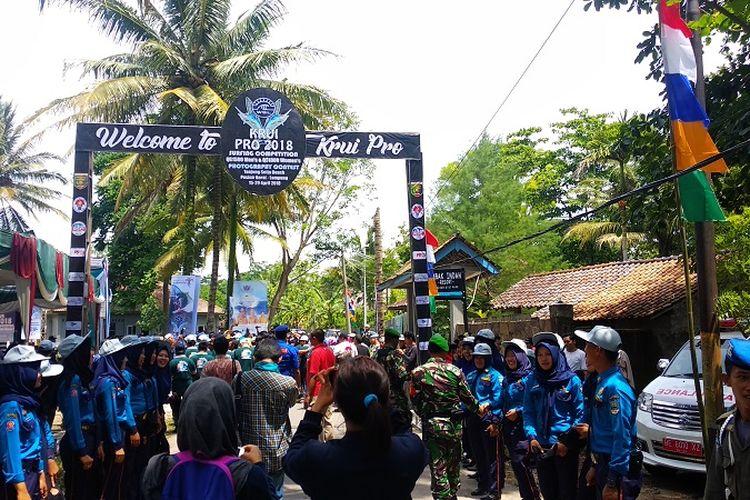 Suasana acara pembukaan ajang selancar internasional Krui Pro 2018 di Pantai Tanjung Setia, Krui, Kabupaten Pesisir Barat, Lampung, Sabtu (14/4/2018).