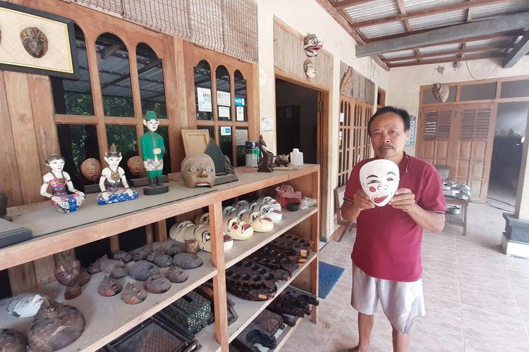 Kemiran sorang Pengrajin Topeng Kayu di Dusun Bobung, Kecamatan Patuk