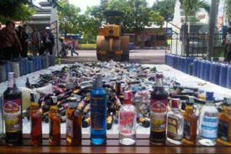Polres Banyuwangi memusnahkan 5.345 botol minuman keras dan 75 jurigen arak Bali yang diperkirakan mencapai 2.200 liter Selasa (17/12/2013).