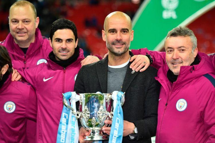 Mikel Arteta, Pep Guardiola, dan Domenec Torrent merayakan keberhasilan Manchester City menjuarai Piala Liga Inggris, 25 Februari 2018.