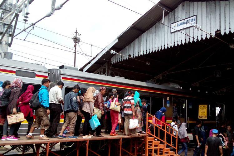 Stasiun akhir Rangkasbitung terlihat dipenuhi oleh penumpang dari kereta commuter line yang berangkat dari stasiun awal Tanah Abang, Minggu (23/7/2017).