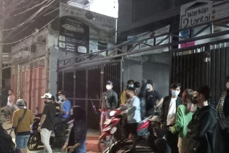 Sejumlah pengunjung kawula muda di warung kopi kawasan Koja, Jakarta Utara bubar saat petugas gabungan mendatangi tempat tersebut dalam rangka operasi yustisi pembatasan mobilitas masyarakat pada Sabtu (18/9/2021) malam.