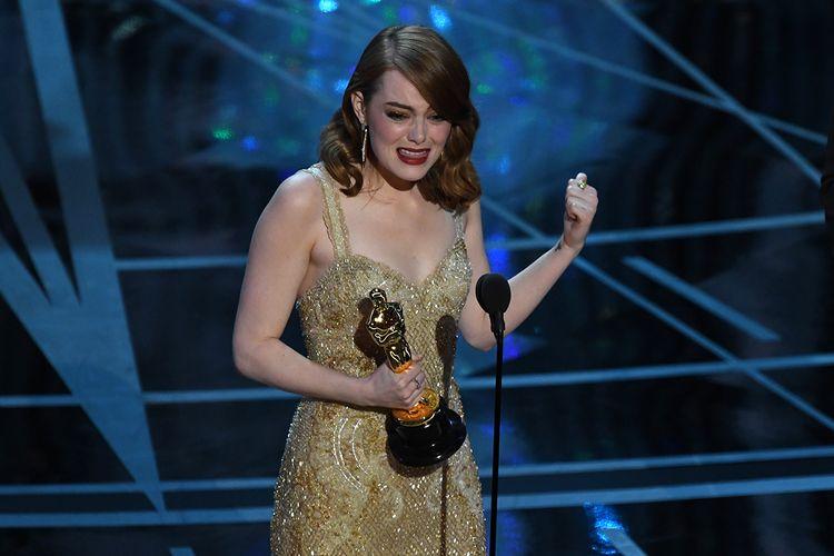 Aktris Emma Stone memberi kalimat sambutan usai dirinya terpilih menjadi pemenang kategori Best Actress atas perannya dalam film La La Land pada malam puncak Academy Awards 2017 di Hollywood, California, Minggu (26/2/2017).