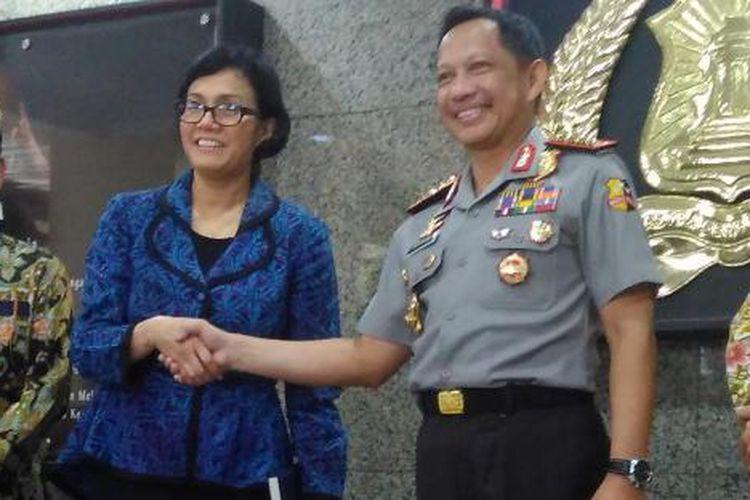 Menteri Keuangan Sri Mulyani dan Kapolri Jenderal (Pol) Tito Karnavian berjabat tangan usai koordinasi implementasi UU Pengampunan Pajak