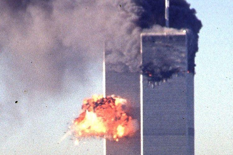 Sebuah pesawat komersial yang dibajak menabrak gedung World Trade Center pada 11 September 2001 di New York.
