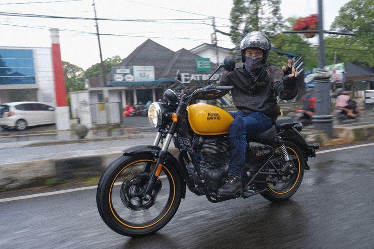 Bisma Karisma mantan personel Sm*ash suka berkendaara dengan sepeda motor.