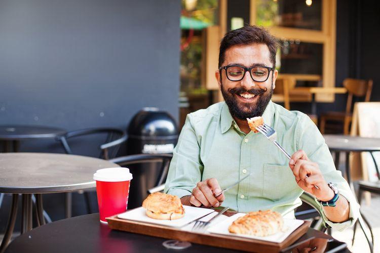 Ilustrasi orang makan sendirian.