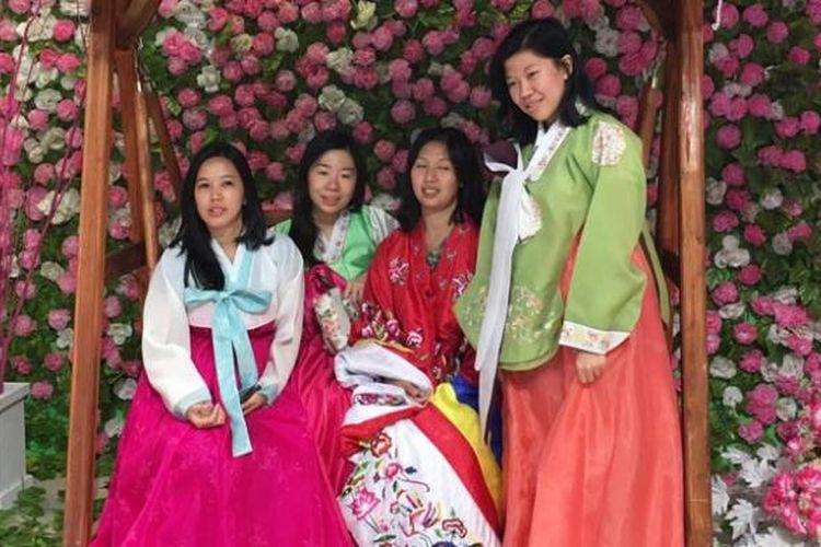 Pengunjung Korea Festival 2016 mengenakan hanbok, pakaian tradisional Korea. Korea Festival 2016 berlangsung di Lotte Shopping Avenue, Jumat (8/4/2016) sampai Minggu (10/4/2016). Festival budaya dan wisata Korea Selatan ini menyuguhkan beragam pertunjukan budaya serta tentunya paket-paket wisata.